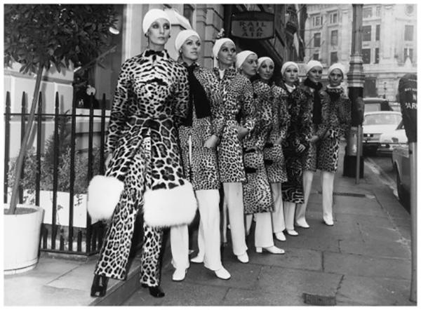 Modelos Christian Dior em animal print 1940